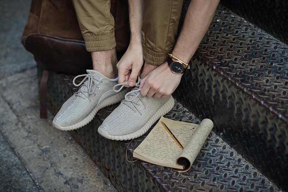 """Untuk anak kuliahan, rasanya paling cocok pakai sneakers yang bermodel simpel dan nggak punya banyak """"pernak-pernik"""", seperti misalnya sneakers merk Vans, ..."""